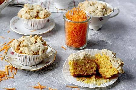 Geriebene Karotten machen den Muffins-Teig nicht nur natürlich bunt, sondern auch saftig. Foto: Mareike Winter/www.biskuitwerkstatt.de/dpa-tmn