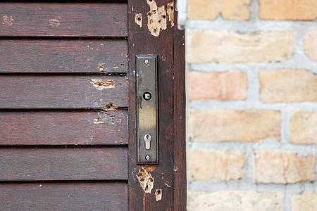 Die durch Schüsse beschädigte Tür der Synagoge Halle im Oktober vergangenen Jahres. Foto: Jan Woitas/zb/dpa