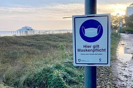 Hinweis auf die Maskenpflicht in Timmendorfer in Schleswig-Holstein Strand. Foto: Thomas Müller/dpa