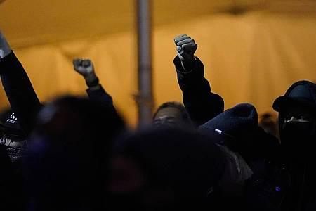 Zuhörer heben am Tag der US-Präsidentschaftswahl während einer Wahlveranstaltung in Brooklyn die Fäuste in die Höhe. Foto: Frank Franklin II/AP/dpa