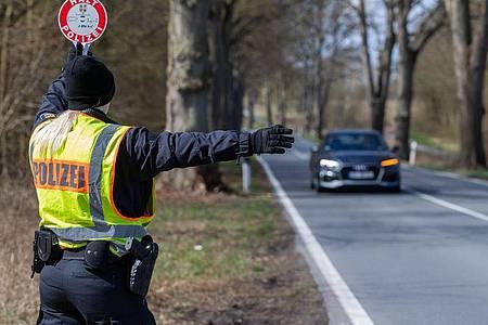 An der Landesgrenze zu Schleswig-Holstein kontrolliert die Polizei von Mecklenburg-Vorpommern Einreisende. Foto: Jens Büttner/dpa-Zentralbild/dpa