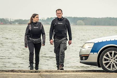 Thomas Jung (Johannes Zirner) und Nina Petersen (Katharina Wackernagel) verlassen den Ort des Showdowns. Foto: Gordon Timpen/ZDF/dpa