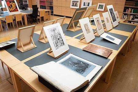 Kunstwerke aufgereiht im Studiensaal des Kupferstich-Kabinetts. Foto: Sebastian Kahnert/dpa-Zentralbild/dpa