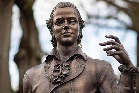 Ein Denkmal von Friedrich Hölderlin in seiner Heimatstadt Nürtingen. Foto: Marijan Murat/dpa