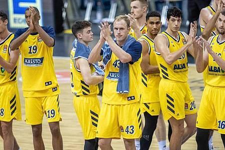 Albas Spieler bedanken sich nach der Niederlage bei den Fans. Foto: Andreas Gora/dpa