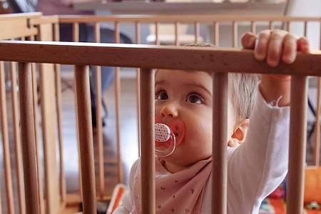 Baby und Beruf unter einen Hut zu bekommen, ist für Eltern in der Corona-Krise eine besondere Herausforderung. Foto: Mascha Brichta/dpa-tmn