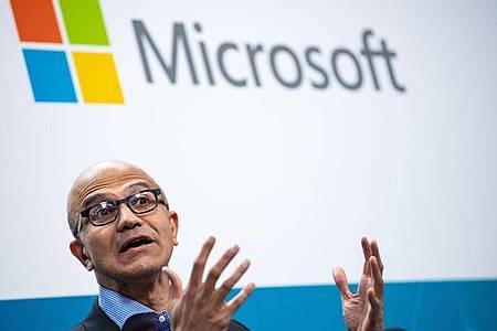 Microsoft-Chef Satya Nadella ist für die Entwicklerkonferenz Build diesmal allein in einem Büro. Foto: Bernd von Jutrczenka/dpa