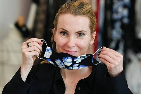 Designerin Sophie Oemus mit einer Mund- und Nasenmaske ihres Labels Maisonnoee. Foto: Jens Kalaene/dpa-Zentralbild/dpa