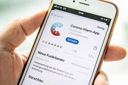 Auf iOS-Geräten bringt erst die Version 1.1.2 der Corona-Warn-App durchgehende Funktionalität. Foto: Zacharie Scheurer/dpa-tmn