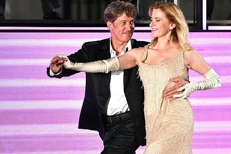 """Tobias Moretti tanzt als """"Jedermann"""" mit Caroline Peters (Buhlschaft). Foto: Barbara Gindl/APA/dpa"""