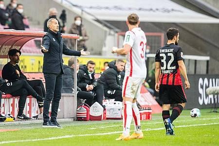 Der Neu-Frankfurter Amin Younes (r) kam bei seinem Bundesliga-Comeback für 20 Minuten zum Einsatz. Foto: Marcel Kusch/dpa