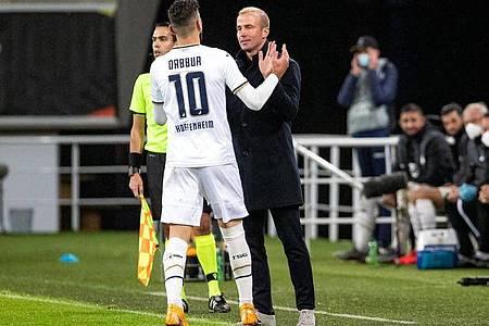 Hoffenheims Munas Dabbur bejubelt sein Tor zum 4:1 mit Trainer Sebastian Hoeneß. Foto: Kurt Desplenter/BELGA/dpa