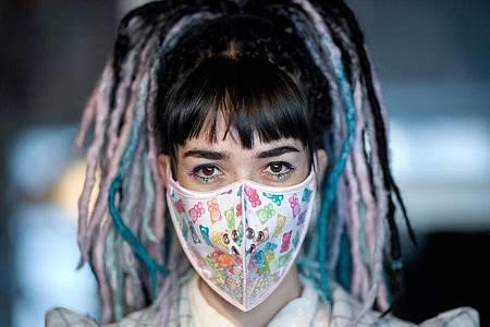 Die Designerin Hadas Foguel zeigt eine Mundschutz-Maske ihres Labels «Foguelina». Foto: Britta Pedersen/dpa-Zentralbild/dpa