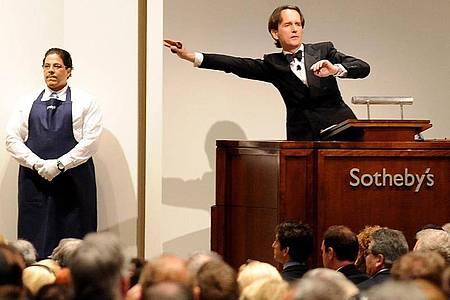 Wenn die Beschränkungen der Corona-Krise es zulassen, will das Auktionshaus Sotheby`s seine traditionellen Frühjahrsauktionen Ende Juni leicht verspätet in New York stattfinden lassen. Foto: picture alliance / Andrew Gombert/EPA/dpa