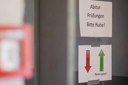 Ein Hinweisschild hängt in einem Gymnasium in Pulheim. Foto: Rolf Vennenbernd/dpa