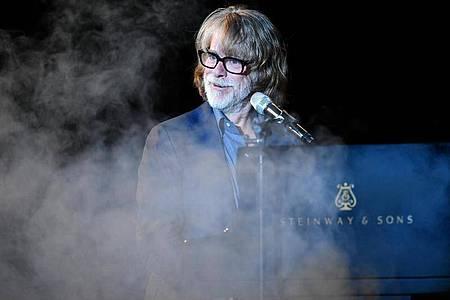 Helge Schneider bei einem Konzert in Heidelberg 2018. Foto: Uwe Anspach/dpa