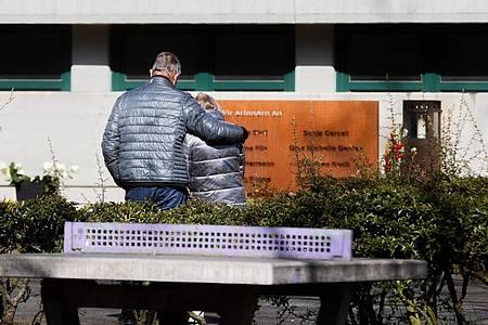 Mit einer Schweigeminute zur Absturzzeit um 10.41 Uhr ist am Dienstag in Haltern der Opfer der Flugzeugkatastrophe vor genau fünf Jahren in Südfrankreich gedacht worden. Foto: Rolf Vennenbernd/dpa