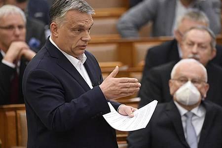 Viktor Orban, Ministerpräsident von Ungarn, hält seine Rede im Parlamentsgebäude über den aktuellen Stand des Coronavirus-Ausbruchs während einer Plenarsitzung. Foto: Tamas Kovacs/MTI/AP/dpa