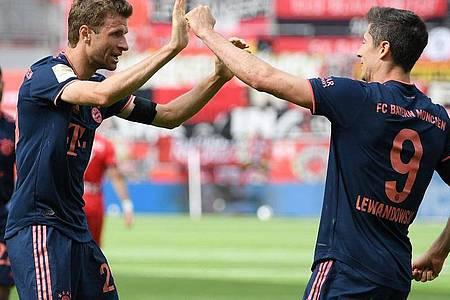 Sind nach ihren Gelb-Sperren wieder einsatzbereit:Bayerns Robert Lewandowski (r) und Thomas Müller. Foto: Matthias Hangst/Getty Images Europe/Pool/dpa