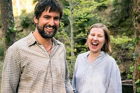 Leonhard (Tom Beck) und Beate (Anna Drexler) in einer Szene der TV-Familienkomödie «Eine Almhütte für zwei». Foto: Marc Reimann/ARD Degeto/dpa