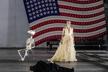 """Valery Tscheplanowa auf der Fotoprobe von """"molto agitato"""" an der Staatsoper Hamburg. Foto: Markus Scholz/dpa"""
