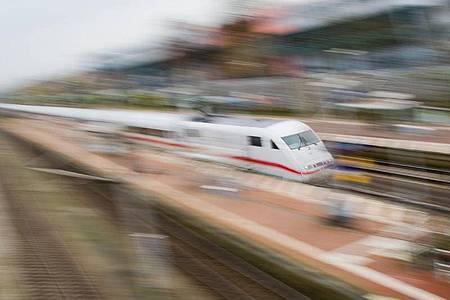 Ein ICE der Deutschen Bahn in voller Fahrt. Foto: Julian Stratenschulte/dpa/Archiv