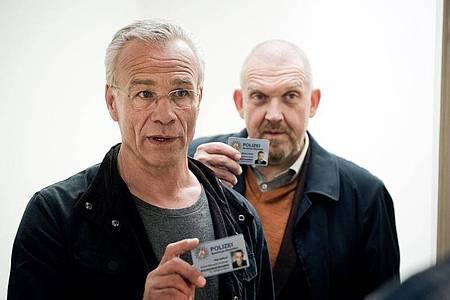 Die Kommissare Max Ballauf (Klaus J. Behrendt, l) und Freddy Schenk (Dietmar Bär)haben ein paar Fragen. Foto: WDR/Martin Valentin Menke/dpa