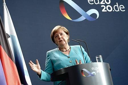 Bundeskanzlerin Merkel gibt am 2. Juli im Foyer des Bundeskanzleramtes eine Erklärung vor der Presse ab. Foto: Kay Nietfeld/dpa