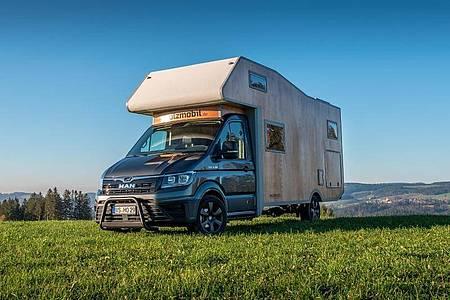 Holzmobil will ein Wohnmobil in Kleinserie fertigen, das mit einem aus Holz gezimmerten Aufbau vorfährt. Foto: Andreas Kuner/Holzmobil/dpa-tmn