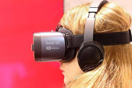Das Staatstheater Augsburg will Oper mit Virtual Reality erweitern. Foto: Roland Weihrauch/dpa