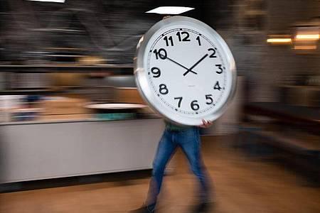 In der Nacht zum Sonntag wurden die Uhren von 2.00 Uhr auf 3.00 Uhr vorgestellt. Foto: Robert Michael/dpa-Zentralbild/dpa