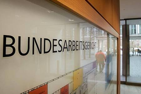 Das oberste deutsche Arbeitsgericht hat sich erstmals mit dem Entgelttransparenzgesetz beschäftigt. Künftig ist das Gesetz auch auf arbeitnehmerähnliche Beschäftigte anzuwenden. Foto: Michael Reichel/dpa