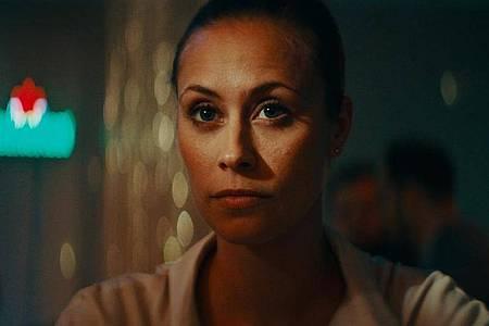Sina Tkotsch spielt die Polizistin Tina, die die Schließung der Dienststelle vorbereiten soll. Foto: -/Telepool/dpa