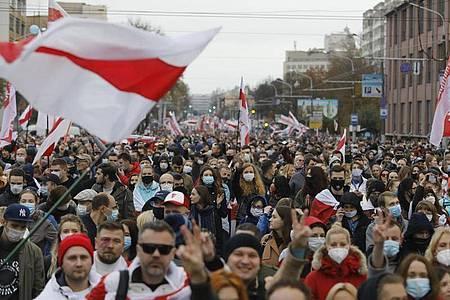 Mehr als 100.000 Menschen haben ungeachtet eines massiven Polizei- und Militäraufgebots den elften Sonntag in Folge in Belarus gegen Machthaber Lukaschenko protestiert. Foto: -/AP/dpa