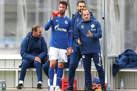 Schalke-Trainer Manuel Baum setzt auf Stürmer Mark Uth. Foto: Guido Kirchner/dpa