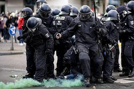 Die Polizei halten eine Teilnehmerin der Demonstration verschiedener palästinensischer Gruppen in Neukölln fest. Foto: Fabian Sommer/dpa
