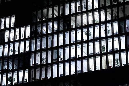 Das Licht brennt - die ganze Nacht: Wenn ein Unternehmen rund um die Uhr arbeitet, bedeutet das für Mitarbeiter eine besondere Belastung. Foto: Sven Hoppe/dpa/dpa-tmn