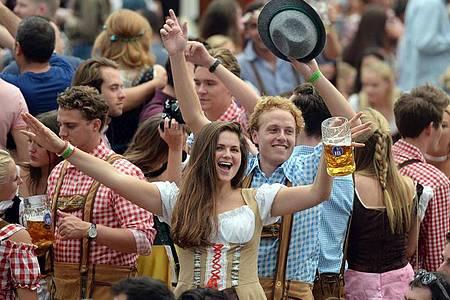 Wiesnbesucher feiern im Hofbräuzelt auf dem Oktoberfest. Foto: Andreas Gebert/dpa