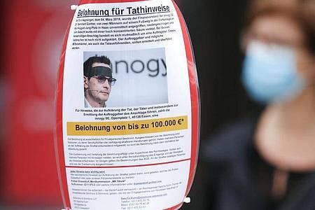 Mit eine Plakat wird in Düsseldorf nach neuen Hinweisen zum Säureangriff auf den Manager Bernhard Günther gesucht. Foto: David Young/dpa