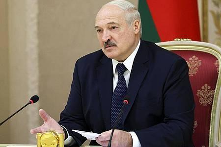 Alexander Lukaschenko hat sich laut Staatsmedien ins Präsidentenamt von Belarus einführen lassen. Foto: Maxim Guchek/BelTA/AP/dpa