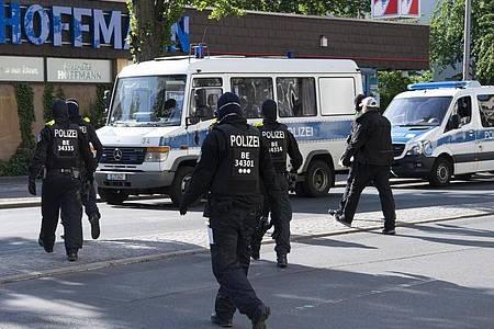 Berliner Polizisten während einer Razzia wegendes Handels mit Betäubungsmitteln. Foto: Paul Zinken/dpa-Zentralbild/dpa