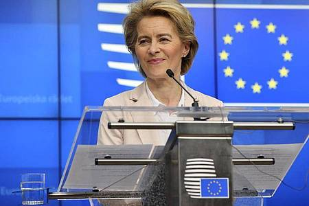 «Wir werden alle uns zur Verfügung stehenden Mittel nutzen, damit die europäische Wirtschaft diesem Sturm widersteht», verspricht Ursula von der Leyen. Foto: Olivier Matthys/AP/dpa