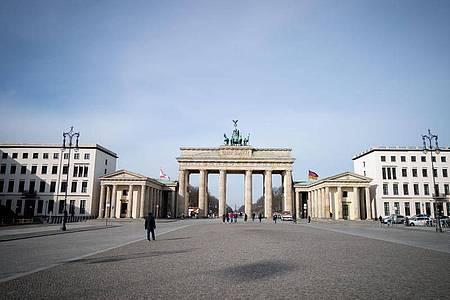 Nahezu menschenleer zeigt sich der Pariser Platz am Morgen in Berlin. Foto: Kay Nietfeld/dpa