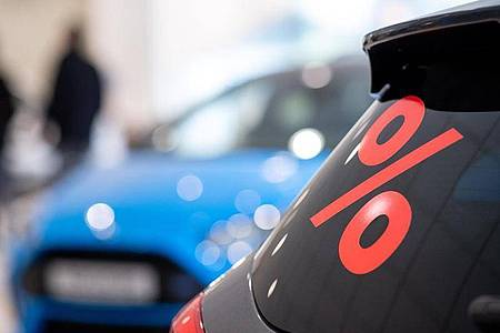 Hat das Autohaus wegen der Corona-Krise bereits ausgedient? Viele Kunden werden wohl in Zukunft ein neues Fahrzeug eher im Internet bestellen. Foto: Sebastian Gollnow/dpa