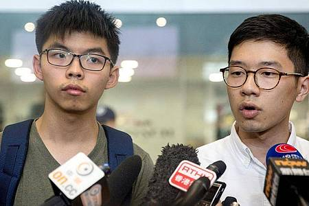 Die beiden Hongkonger Aktivisten Joshua Wong (l) und Nathan Law in Honkong während einer Pressekonferenz. Foto: Jerome Favre/EPA/dpa