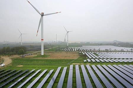 Die Stromproduktion aus erneuerbaren Energien ist in Deutschland auf einen neuen Höchststand geklettert. Foto: Christian Charisius/dpa