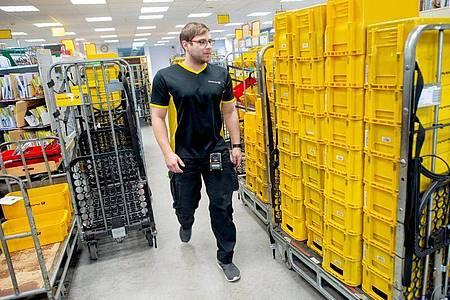 Im Briefzentrum wird alle Post gesammelt und sortiert. Danach macht sich Alexander Seiffert, angehende Kurierfachkraft ans Austragen. Foto: Klaus-Dietmar Gabbert/dpa-tmn