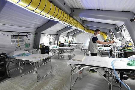 Ein Mitarbeiter arbeitet im Samaritan`s Purse Feldkrankenhauses, das in Cremona, Norditalien, eingerichtet wird. Foto: Claudio Furlan/LaPresse/dpa