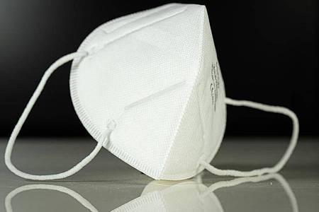 Aufnahme einer Atemschutzmaske vom Typ FFP3. Hygieneartikel zum Schutz gegen Corona-Infektionen sind weiterhin knapp. Foto: Friso Gentsch/dpa/Symbolbild/Archiv