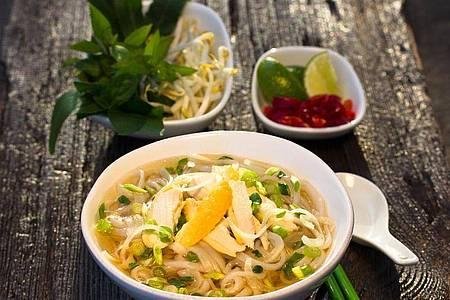 Statt mit Rindfleisch gibt es die Suppe auch mit Hühnchen - bekannt als Pho Ga. Foto: Simi Leistner/asiastreetfood.com/dpa-tmn